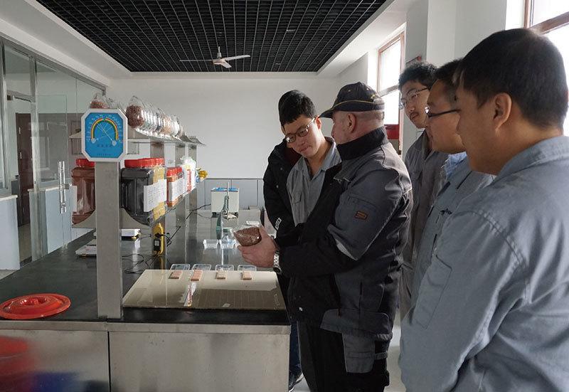 德国工程师在给技术员做培训